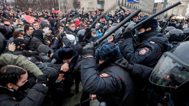 Russia: arresta cinquemila manifestanti ed espelle tre diplomatici europei